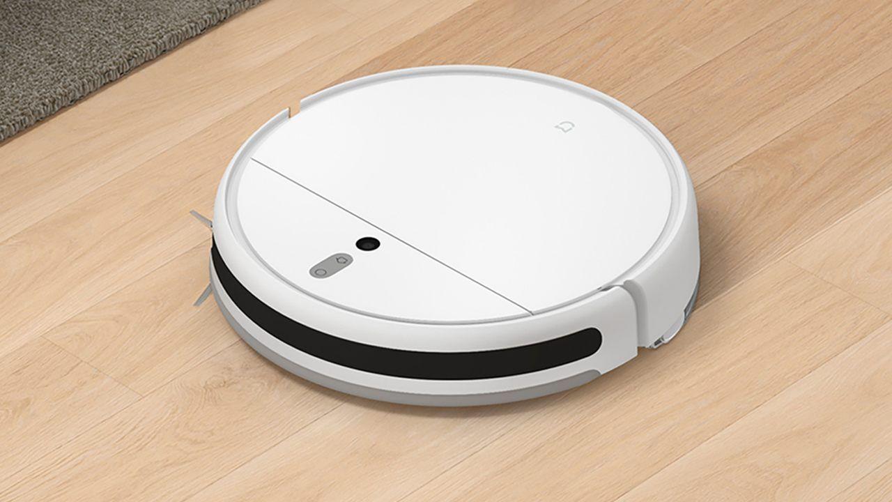 Robô aspirador Xiaomi Mi Robot Vacuum Mop sobre chão de madeira clara