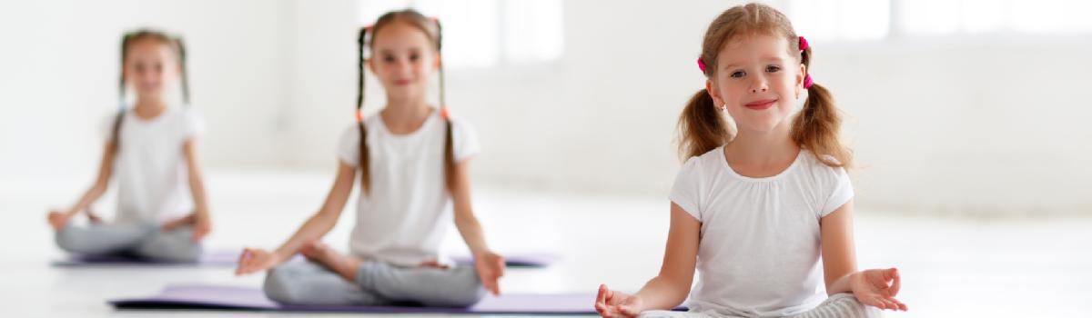 Yoga para crianças: benefícios, posturas e quais tipos apostar